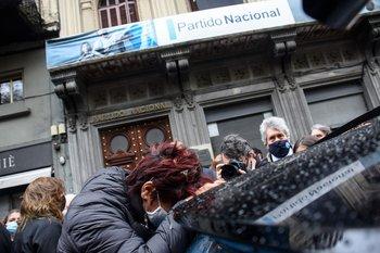 El ministro del Interior, Jorge Larrañaga, fue despedido frente a la sede del Partido Nacional