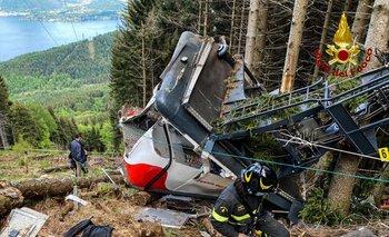 Las primeras imágenes de las autoridades muestran a bomberos y policías en torno a los restos de la cabina en una zona boscosa.