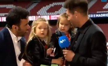Diego Simeone y sus hijas en plena nota de TV