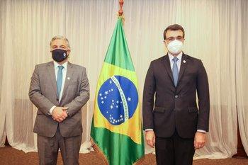Bustiilo junto a su par brasileño en Ecuador