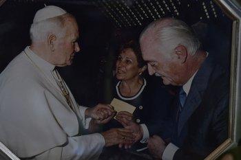 Eduardo Rocca Couture y su esposa Susana en la visita al papa Juan Pablo II