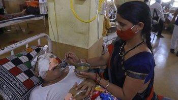 Una mujer que se recuperó de covid y ahora tiene mucormicosis yace en una cama de hospital en un hospital de Jabalpur, en India