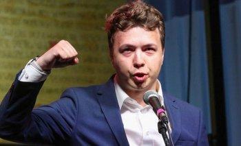 Roman Protasevich dirigiéndose a opositores bielorrusos en Gdansk, Polonia, el pasado mes de agosto.