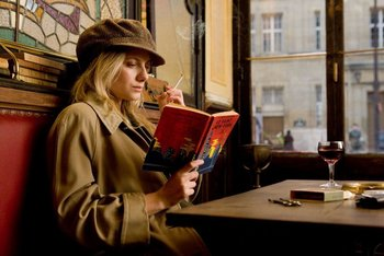 Mélanie Laurent leyendo en Bastardos sin gloria (2009)