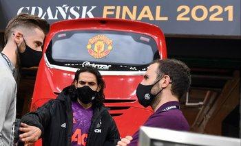 Edinson Cavani y dos compañeros del Manchester en el estadio de Gdansk