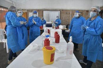 Vacunadoras previo a inyectar a los primeros aspirantes