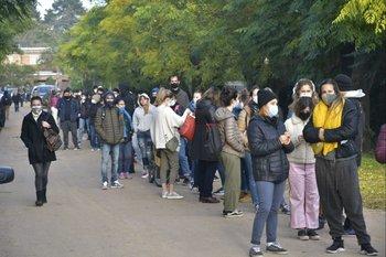 Otras tantas hicieron fila para intentar conseguir un cupo