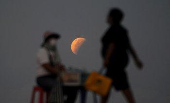 La Luna se muestra desde la playa de Sanur, cerca de Denpasar, en la isla turística de Bali, Indonesia