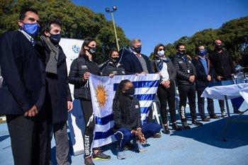 Autoridades y deportistas con la bandera