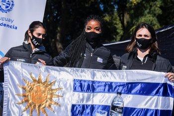 Parte de la selección uruguaya con la bandera
