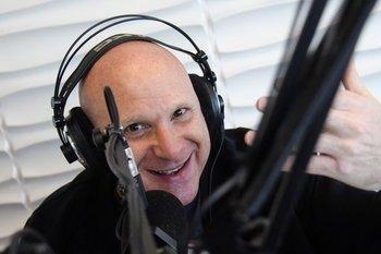 Petinatti en el estudio de Azul FM, donde conduce Malos Pensamientos
