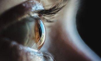 El hombre fue sometido a una terapia llamada optogenética, que usa las proteínas para controlar las células en la parte posterior del ojo