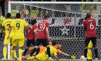 Edinson Cavani anota ante el argentino Gerónimo Rulli el 1-1