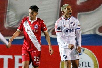 Ocampo celebra su gol tras potente remate