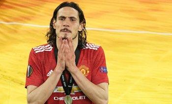 Pese a la tristeza por la derrota, Cavani no se quitó la medalla