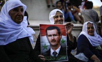 Votantes sirios con carteles del presidente Bashar al Assad