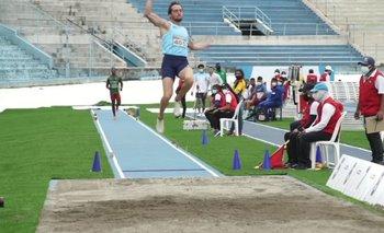 Emiliano Lasa en uno de sus saltos en el Sudamericano de Guayaquil 2021