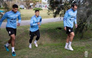 Araújo, Suárez y Godín rumbo a la cancha