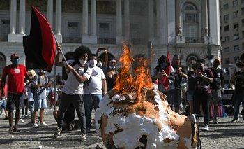 Manifestastes prendieron fuego un muñeco que representaba al presidente Bolsonaro, durante una protesta en el centro de Río de Janeiro, 29 de mayo 2021