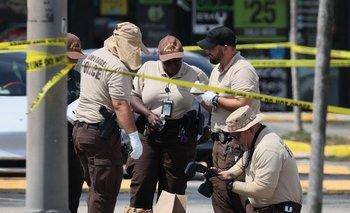 Oficiales de policía de Miami-Dade recolectan evidencia cerca de donde ocurrió un tiroteo masivo