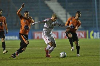 Ocampo escapa de Panzariello y Pereyra