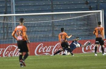 Rochet le sacó un gol hecho a Olivera