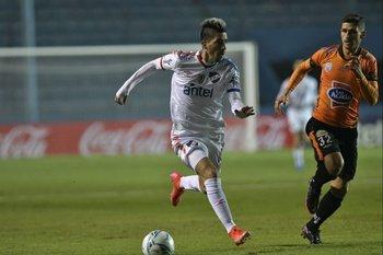 Fernández avanza marcado por Panzariello