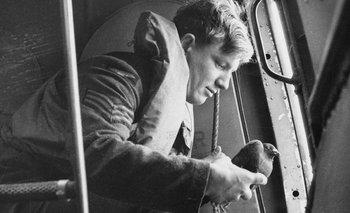 Liberando paloma mensajera desde un avión, 1941. Las palomas mensajeras utilizadas por aviones británicos durante la interrupción de las comunicaciones por radio o durante los períodos