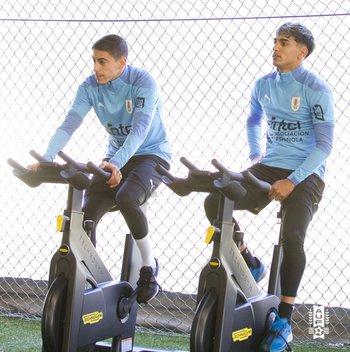 Camilo Cándido y Facundo Torres, ayer rivales en Nacional y Peñarol, hoy compañeros en la selección