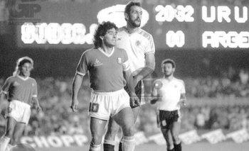 Hugo De León marcando a Diego Maradona en la Copa América de Brasil de 1989