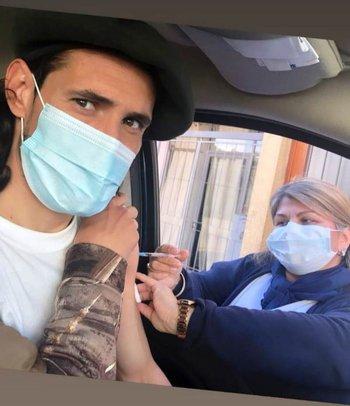 Cavani le puso el brazo a la vacuna