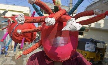 Trabajador de hospital de la India portando un disfraz que evoca al virus