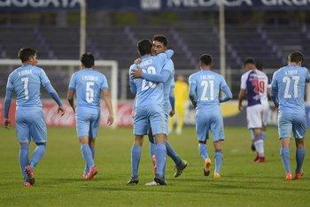 Álvaro Brun felicita por su golazo a Catarozzi