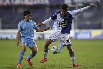 Ignacio Pereira controla marcado por Pizzichillo