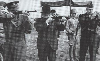 Dwight Einsenhower, Winston Churchill y Omar Bradley tiran al blanco con carabinas M-1 poco antes del Día D