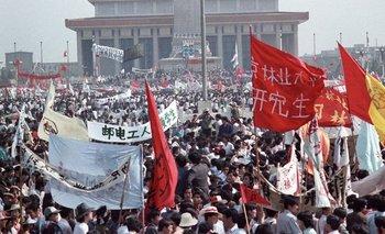 Miles de personas ocuparon la emblemática plaza de Tiananmen en Pekín y las movilizaciones se extendieron por otras partes del país.