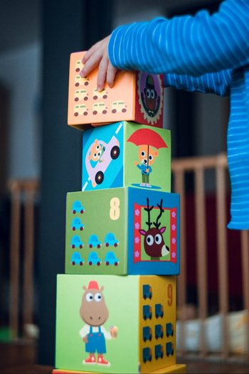 Un niño juega con cubos en su casa