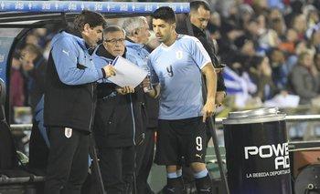 Luis Suárez junto a Tabárez y Mario Rebollo en uno de los tantos partidos que estuvieron juntos con la selección uruguaya