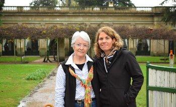 Maureen Stirling y Verónica Zabaleta, al frente del casco de Rincón de Francia.