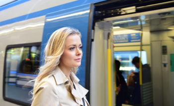 """En Suecia no solo se está popularizando """"la vergüenza de volar"""" sino """"el orgullo de viajar en tren"""" para combatir el cambio climático."""