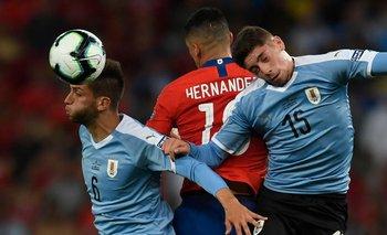 Bentancur y Valverde en un partido contra Chile