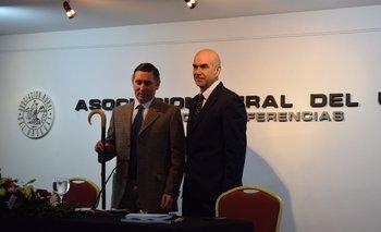 Alejandro Gambetta le entrega el cayado (bastón del pastor) a Miguel Sanguinetti para realizar simbólicamente el cambio de mando del SUL