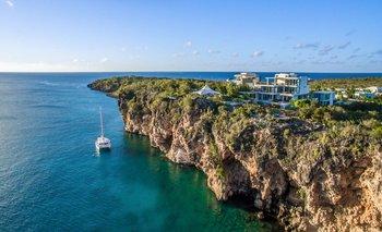 Villa modernista en acantilados de la isla Anguila (Caribe)