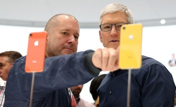 Jony Ive, jefe de diseño de Apple, y Tim Cook, su director ejecutivo
