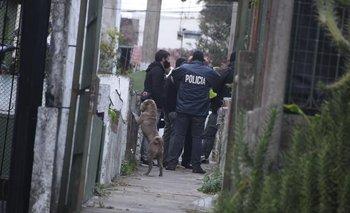 Policías en la casa del Cerro donde se realizó el allanamiento