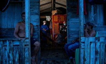 Trabajadores de la salud del gobierno de Brasil testean a residentes de la comunidad Roli Madeira