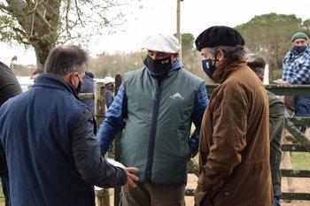 El ministro Uriarte dialogó con productores en su visita a la rural floridense.