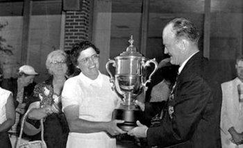 Fay Crocker recibiendo la copa tras haber ganado el US Open en Wichita, Kansas, en 1955
