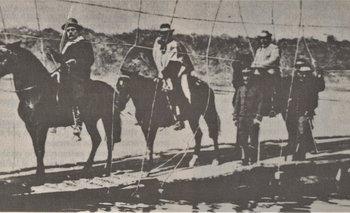 Aparicio Saravia, en primer término, seguido por el coronel Abel Sierra, cruza el puente flotante de picada de Osorio, en el río Negro, el 12 de julio de 1904