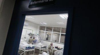 Enfermeros atienden a pacientes contagiados con coronavirus en el hospital de Manaos, Brasil, que tiene un sección dedicada exclusivamente para tratar a los indígenas